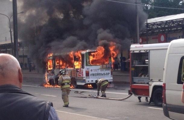 Маршрутка сгорела у станции метро «Проспект Ветеранов»