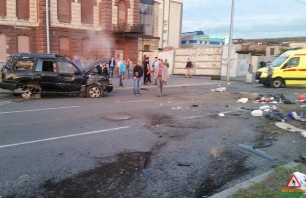 Элитная иномарка перевернулась в ДТП на Пироговской набережной