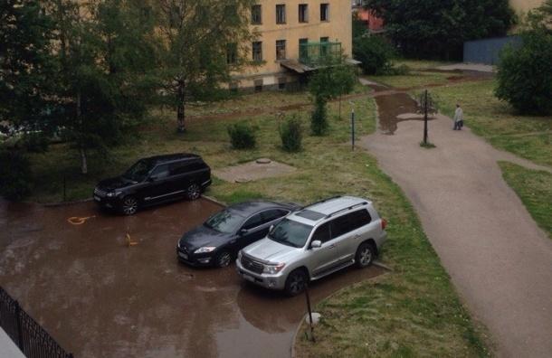 Река разлилась по тротуарам у Нарвской