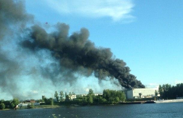 Крупный пожар произошел на «Средне-Невском судостроительном заводе» в Колпино