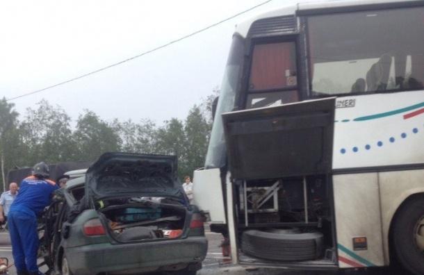 Очевидцы: Автобус столкнулся с легковушкой на Приозерском шоссе