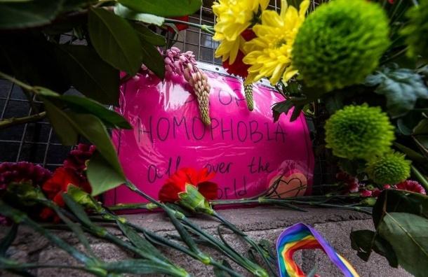 Петербуржцы скорбят о погибших в Орландо