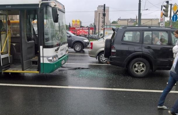 Пассажирка автобуса пострадала в ДТП с иномаркой
