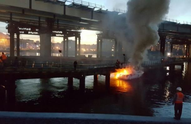 Катер сгорел рядом с опорой ЗСД на Крестовском острове