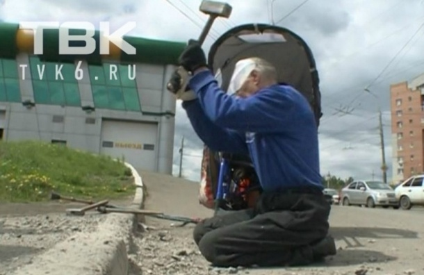 Парализованный житель Красноярска выдолбил пандус в поребрике, сидя на тротуаре