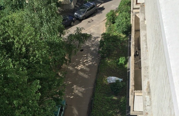 Женщина выпрыгнула из окна на Авиаконструкторов
