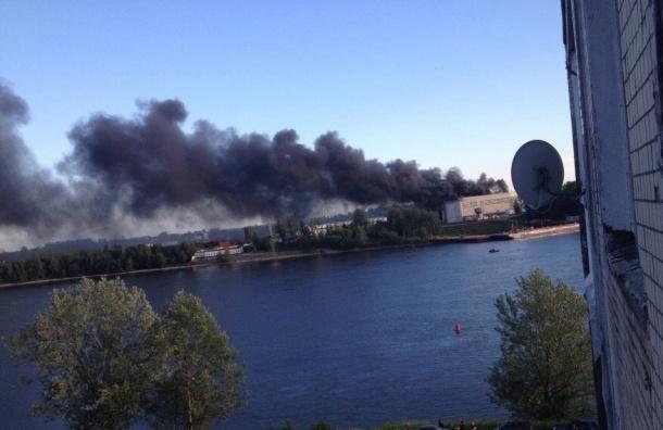 Пожар на судостроительном заводе в Колпино тушат 100 человек