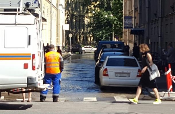 Фуражный переулок залило водой из лопнувшей трубы