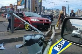 Светофор на проспекте Большевиков не устоял перед Renault