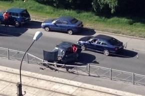 Водитель врезался в ограждение на Маршала Казакова