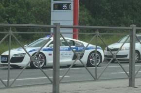 Инспекторы ГИБДД на Audi R8 фиксируют ДТП на проспекте Большевиков