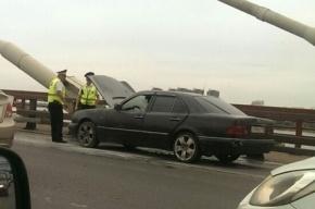 Mercedes загорелся на Вантовом мосту