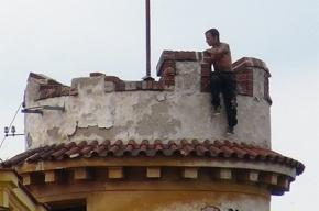 Русскоговорящий мужчина забросал прохожих камнями с башни в Праге