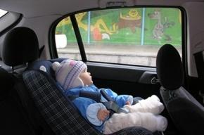 Родителей в Петербурге оштрафовали за оставление малыша одного в машине