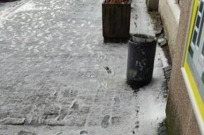 После града петербуржцы слепили снеговика