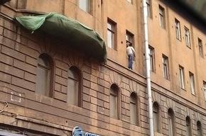 Неадекватный мужчина хочет выпрыгнуть из окна на Марата