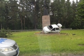 Иномарка влетела в памятник на Приморском шоссе