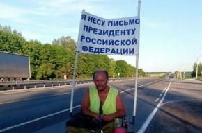 Мужчина пешком идет из Саратова в Москву к Путину