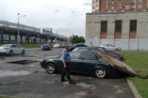 Выбитая струей воды крышка люка упала на машину на Савушкина