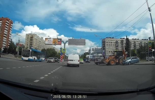 Светофорные столбы упали на прохожих на перекрестке Заневского и Шаумяна