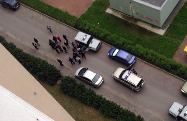 Полицейский стрелял во время задержания на детской площадке на Богатырском