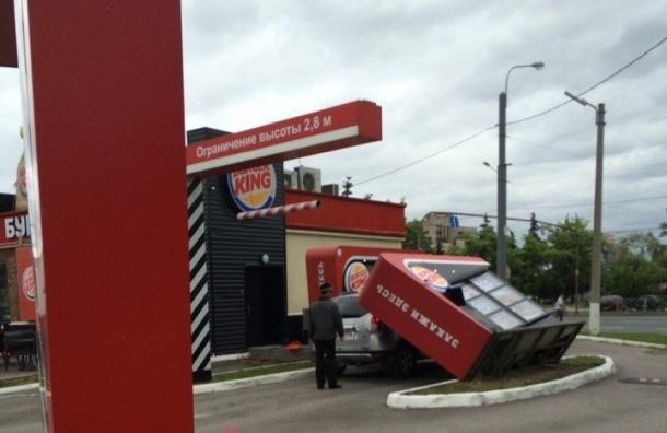 Ветер уронил будку заказа Burger King на автомобиль