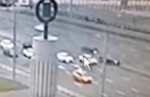 В Сеть попали кадры ДТП с BMW Минобороны, сбившего пешехода