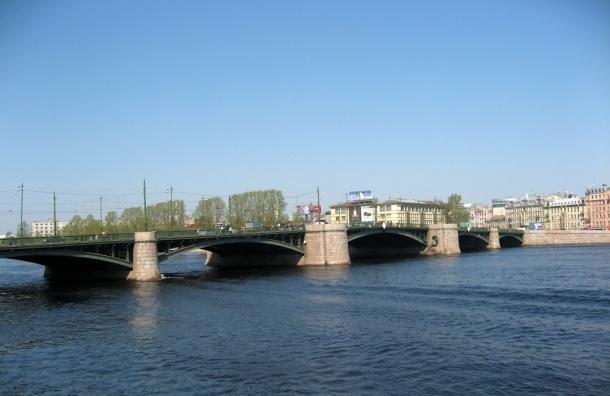 Парень на спор прыгнул в Неву с Биржевого моста и утонул