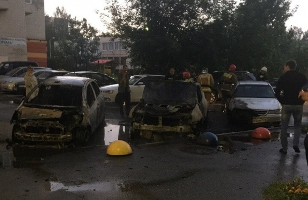 Два автомобиля сгорели на проспекте Ветеранов