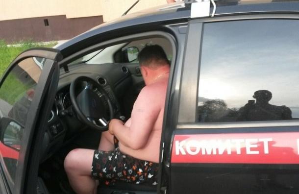 Мужчина в трусах разъезжал по поселку на машине следственного комитета