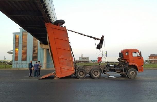 Самосвал врезался в надземный переход на Пулковском шоссе