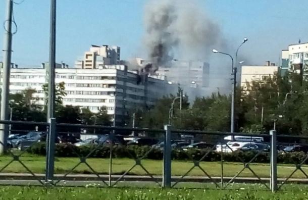 Очевидцы: Горит квартира в доме на улице Жени Егоровой