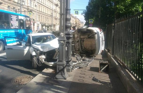 Volkswagen и Hyundai Solaris влетели в столб на улице Восстания