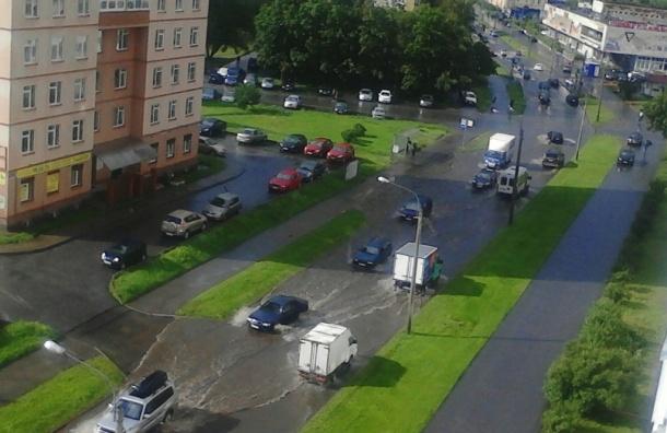 Автомобили «плывут» по Петербургу после ливня