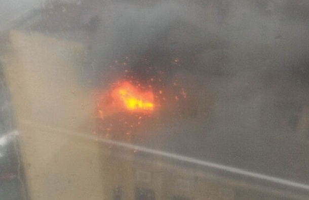 Многоэтажка загорелась на Выборгской набережной
