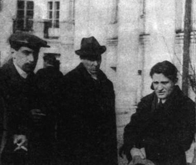 _Катаев, Булгаков и Олеша на похоронах Маяковского, 17 апреля 1930 года