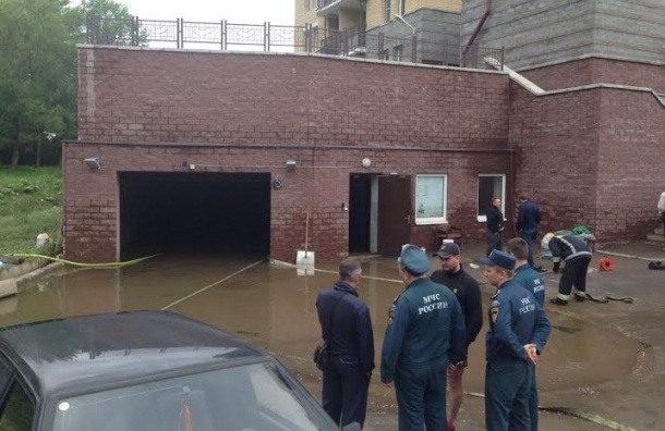 Большая вода затопила паркинг жилого дома в Стрельне