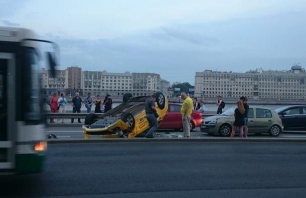 Такси на Арсенальной взлетело и легло на крышу