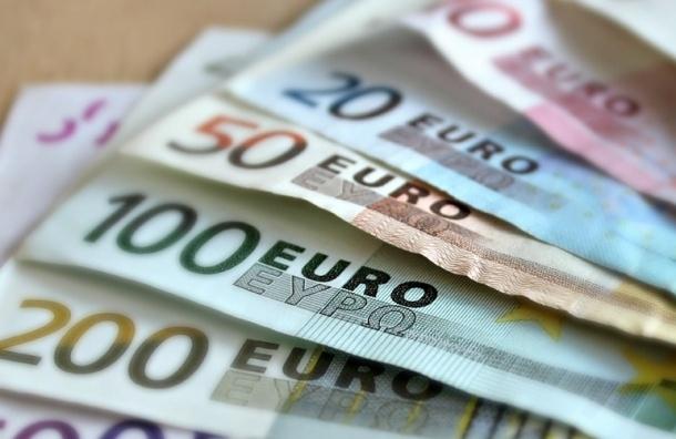 Евро впервые за год упал ниже отметки в 70 рублей