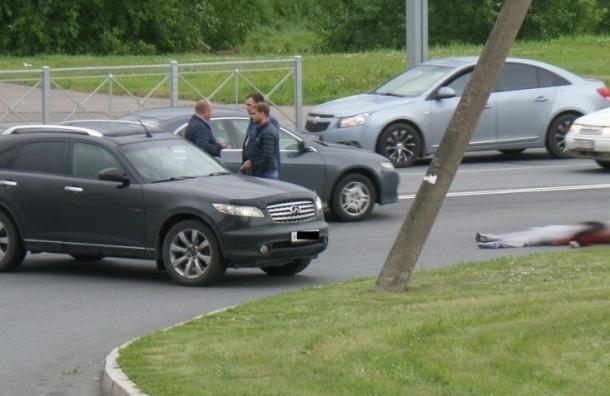 Mercedes GL насмерть сбил девушку в Рыбацком
