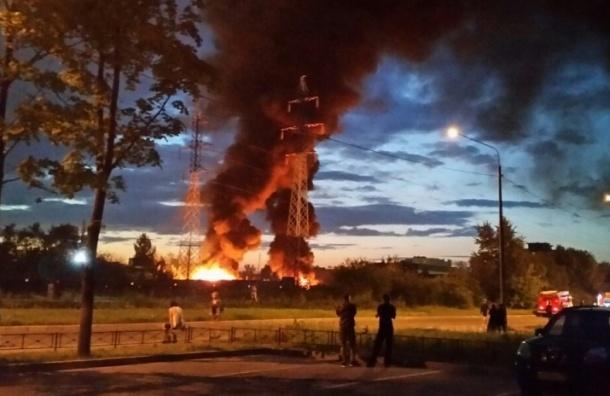Автомобильные покрышки горели ночью в Невском районе