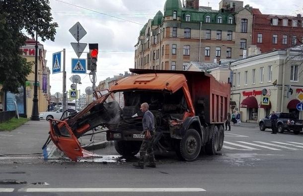 Троллейбус «снес морду» грузовику на Большом проспекте В.О.