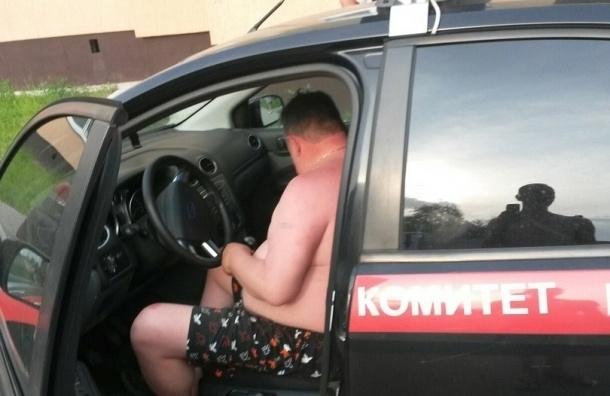СК уволит сотрудника, катавшегося в трусах в служебной машине