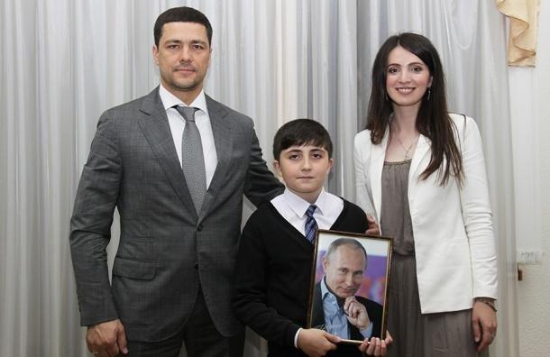 Путин подарил ребенку, отправившему 3 тысячи рублей президенту, свой портрет
