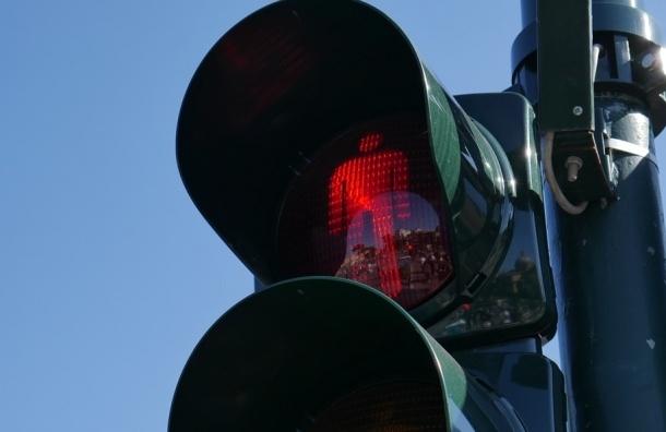 Светофор упал на двух школьниц в Петербурге