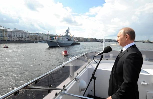 Путин принимает парад кораблей в акватории Невы
