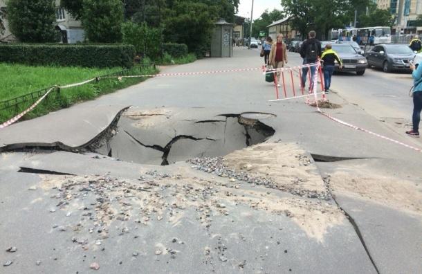 Асфальт разверзся перед станцией «Проспект Ветеранов»