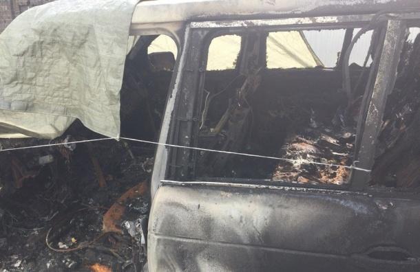 Land Rover выгорел до тла на Васильевском острове