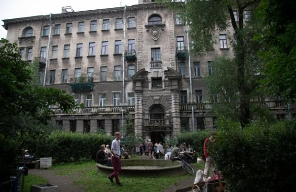 Дмитриева остановила вырубку деревьев в своем дворе