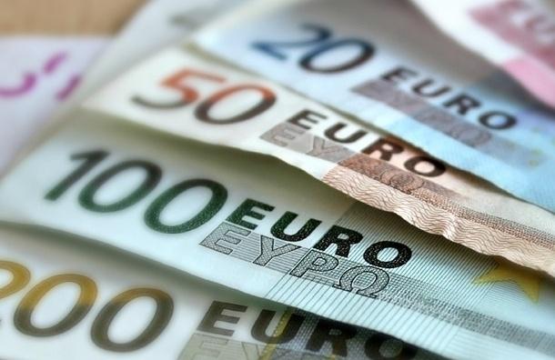 Евро упал до 70 рублей впервые с прошлого года